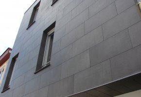 Az épület homlokzata, melyre 45x90 cm-es gres padlólap került.