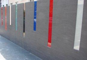 A kerítésre is hidegburkolat került, színes üvegbetétekkel.