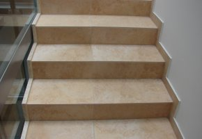 A lépcsőházba 30x60 cm-es gres padlólap került.